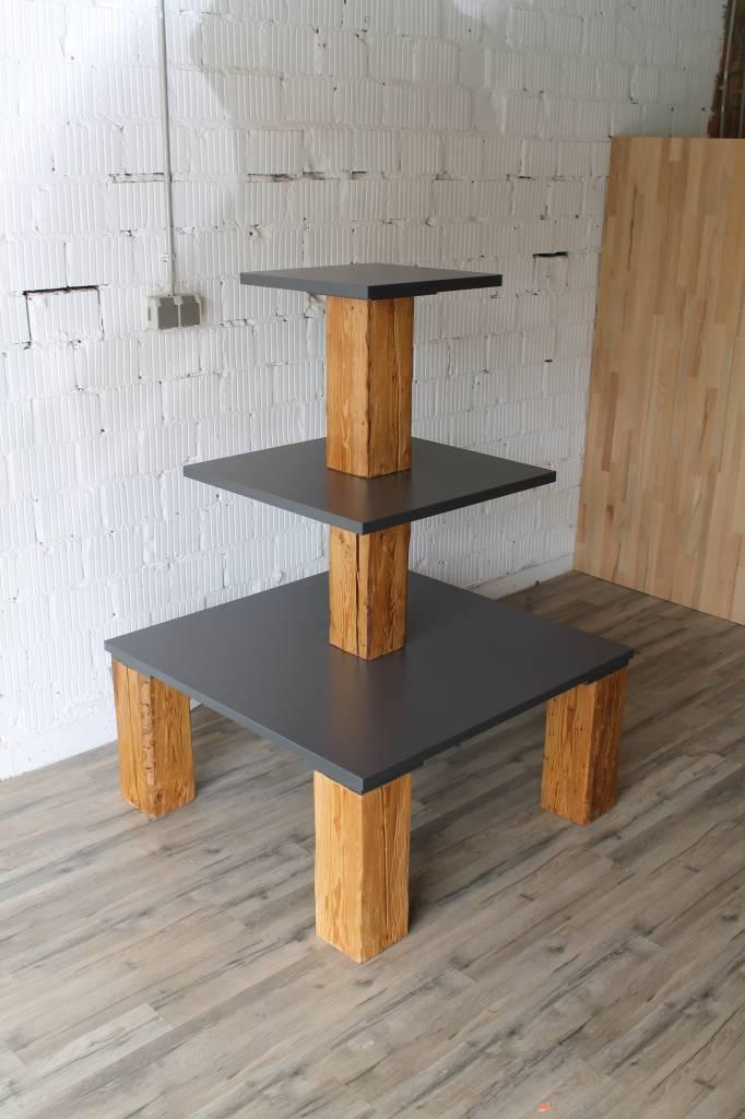 Verkaufspyramide mit Altholzbeinen