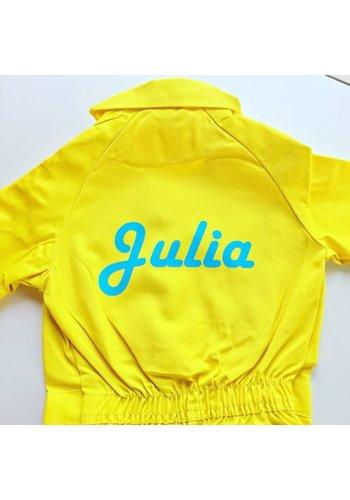 Bedrukte gele overall met tekst of naam