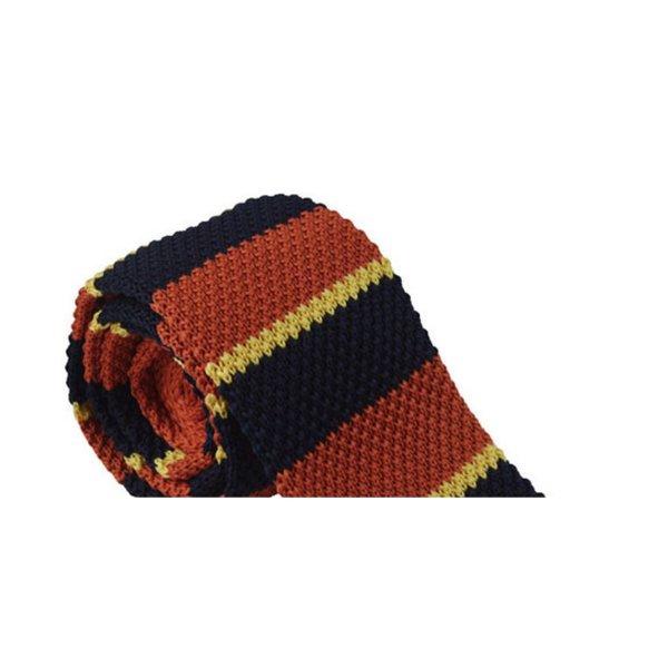 Orange knitted tie in het