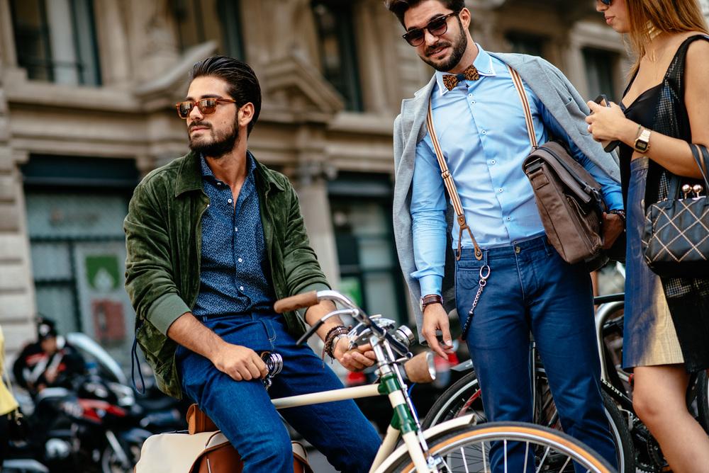Bretels in de mode in de straten van milaan
