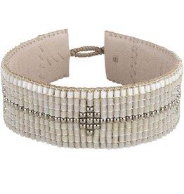 Prachtige armband met bamboo kraaltjes met een accent van zilver en wit. <br /> Handgemaakt op zacht nude leer.