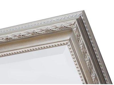Spiegel mit weißem silbernem Rahmen