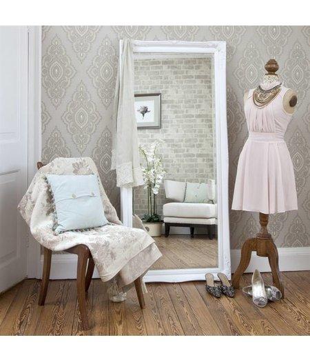 atmosph re schaffender spiegel mit klassischem wei em rahmen. Black Bedroom Furniture Sets. Home Design Ideas