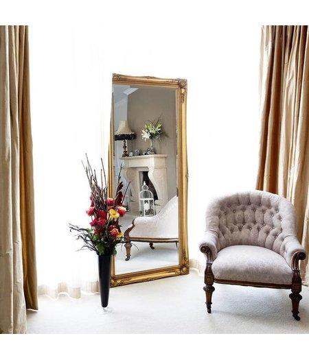 schaffender spiegel mit klassischem wei em rahmen. Black Bedroom Furniture Sets. Home Design Ideas
