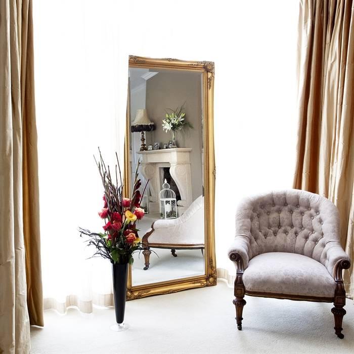 Spiegel mit klassischem golden Rahmen