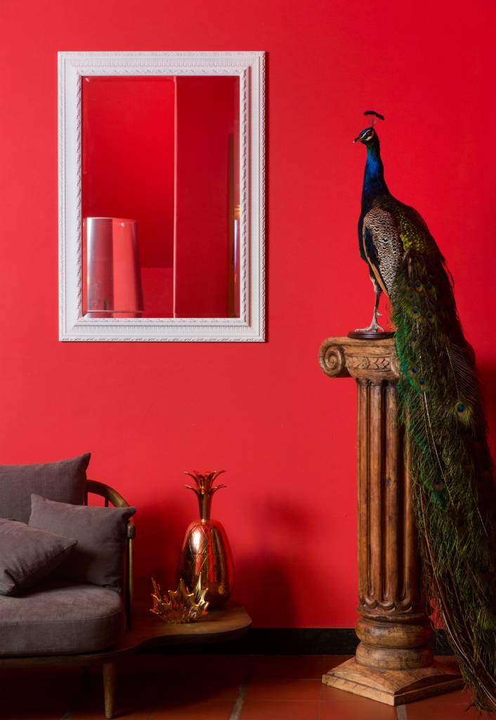 nyons spiegel mit wei em barockrahmen und ornament. Black Bedroom Furniture Sets. Home Design Ideas