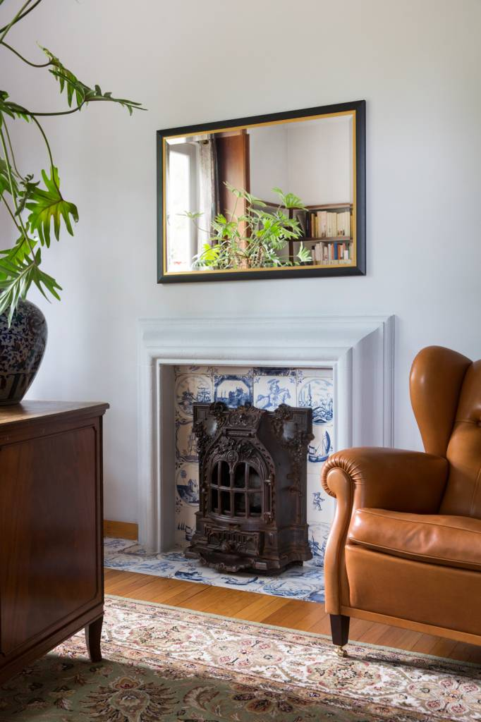 schwarzer spiegel mit goldenem innenrand. Black Bedroom Furniture Sets. Home Design Ideas