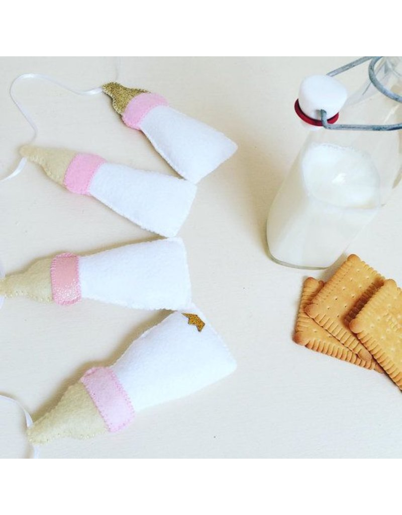 voor kindjes Beautiful garland 'Milk bottles'