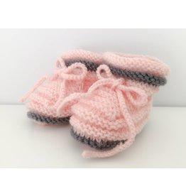 Oma Meijel Breit Chaussons bébé en rose