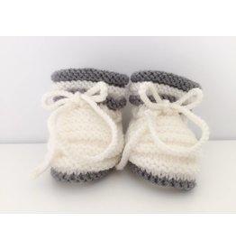 Oma Meijel Breit Chaussons bébé en blanc et gris