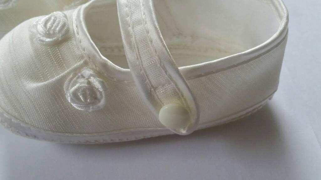 Baby schoentje ivoor satijn met roosjes