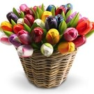 Hölzerne Tulpen in einem Weidenkorb in gemischten Farben