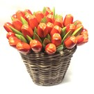 Orange Tulpen aus Holz in einem Korb