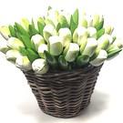 witte houten tulpen in een rieten mand