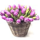 paarse houten tulpen in een rieten mand