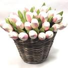 witte - roze houten tulpen in een rieten mand
