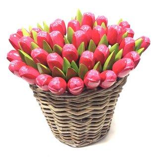 Rose Tulpen aus Holz in einem Korb