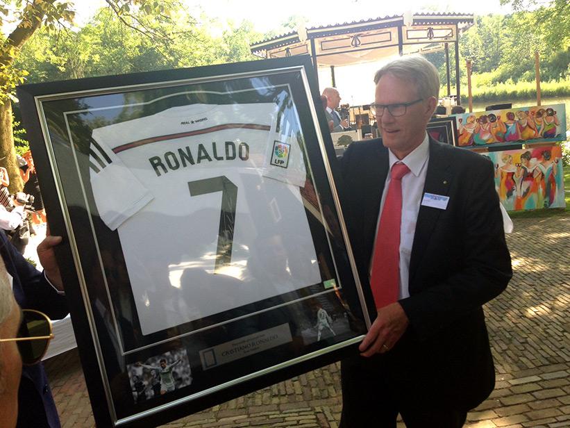 Het gesigneerde shirt van Cristiano Ronaldo werd uiteindelijk geveild voor €1.600