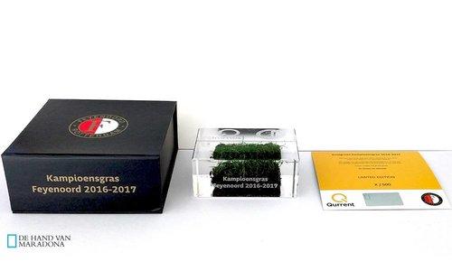 Kampioensgras van Feyenoord vereeuwigd in glas