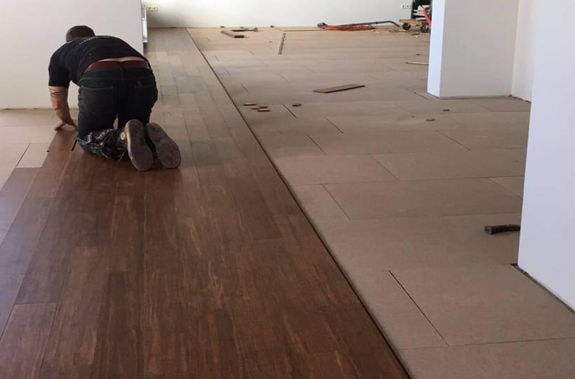 Gereedschap om een bamboe vloer te leggen debamboehut de
