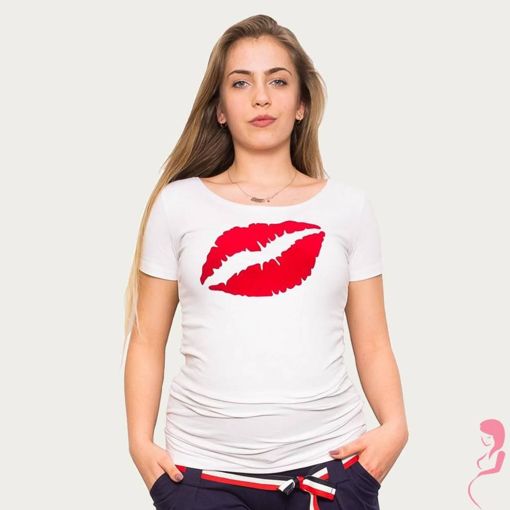 Zwangerschapsshirt met ronde hals in het wit. het zwangerschapsshirt heeft een opvallende rode opdruk van ...