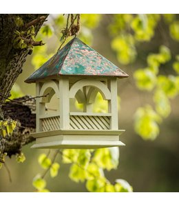 Lindgrünes Vogelhaus mit Kupferdach