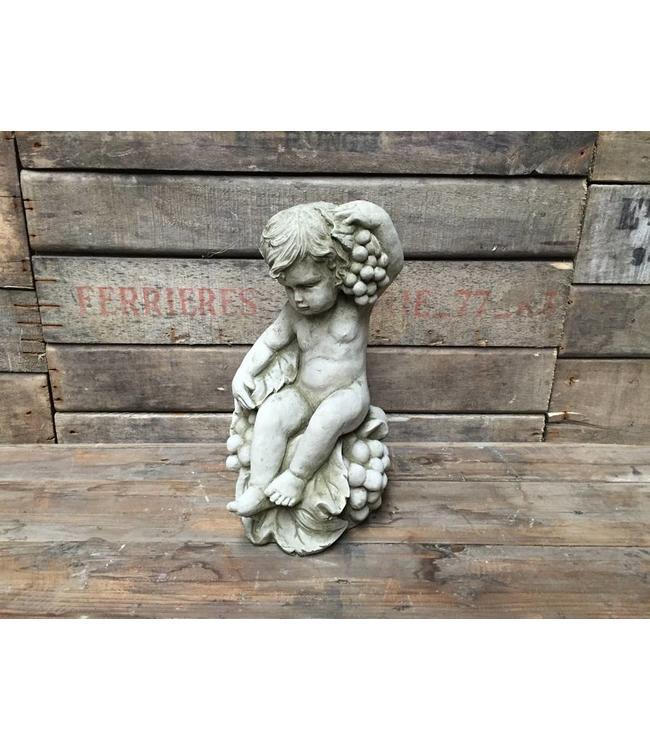 Engel mit Weintrauben - Stilvolle Steinfigur für den Garten
