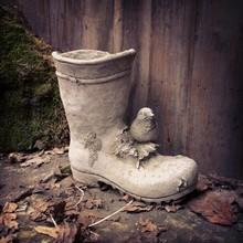 Villa Jähn Garten Kollektion Vogel auf Gartenstiefel. Steinfigur aus England