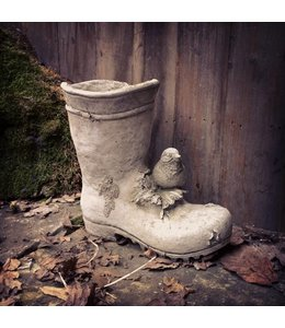 Landhaus Vogel auf Gartenstiefel. Steinfigur aus England