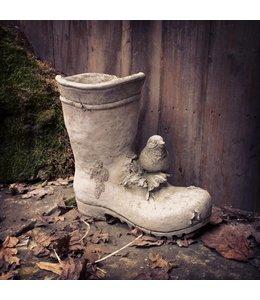 Vogel auf Gartenstiefel. Steinfigur aus England