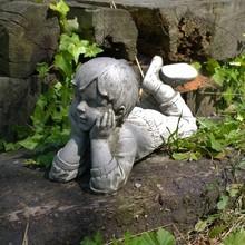 Gartenfiguren aus Stein Träumender Junge Julian - Steinfigur für den Landhaus-Garten