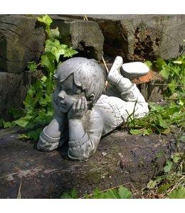 Landhaus Träumender Junge Julian - Steinfigur für den Landhaus-Garten