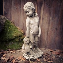 Gartenfiguren aus Stein Steinfigur Charlotte mit Teddy