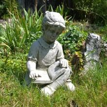 Gartenfiguren aus Stein Anna mit Buch - Schöne Steinfigur für den Garten