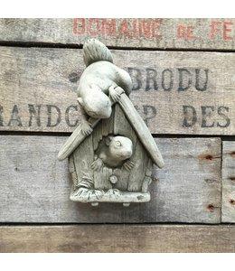 Steinfiguren für den Garten Spielende Eichhörnchenkinder aus Stein