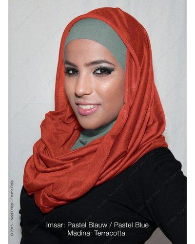 Noor D*Izar Imsar hoofddoek pastel blauw & Madina kokersjaal Terracotta