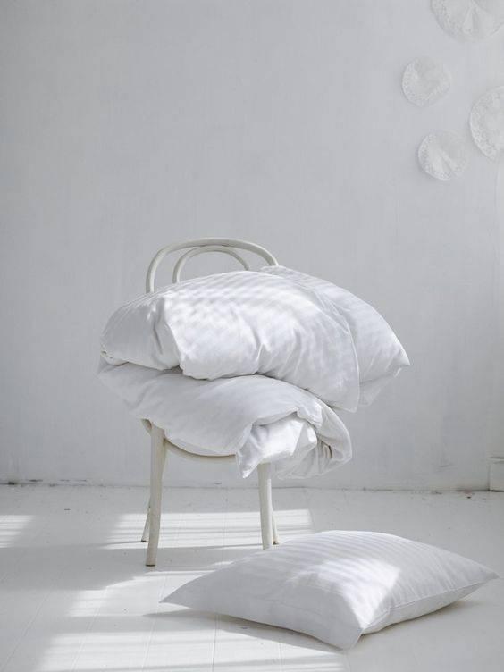 Ambiente sereno en blanco, madera suave y textil - visto en Pinterest