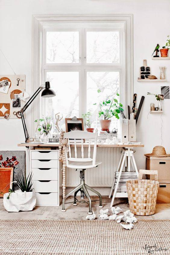 Estudio/ Despacho con decorado escandinavo en blanco y tonos naturales - visto en Pinterest