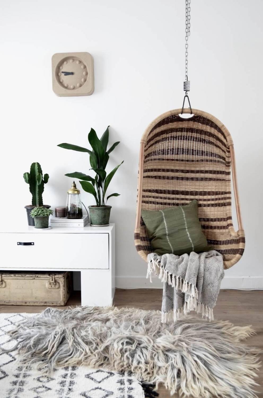 Fauteuil suspendu et ambiance scandinave : la combinaison parfaite pour la détente.