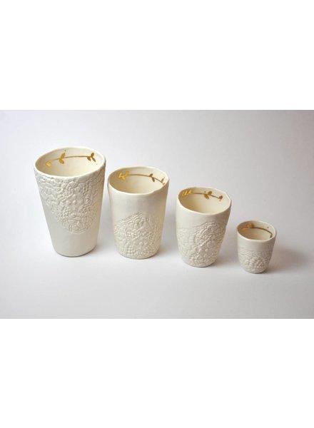 Myriam Ait Amar Ceramics Tasses blanches en céramique, gravées et dorées - Myriam Ait Amar Ceramics