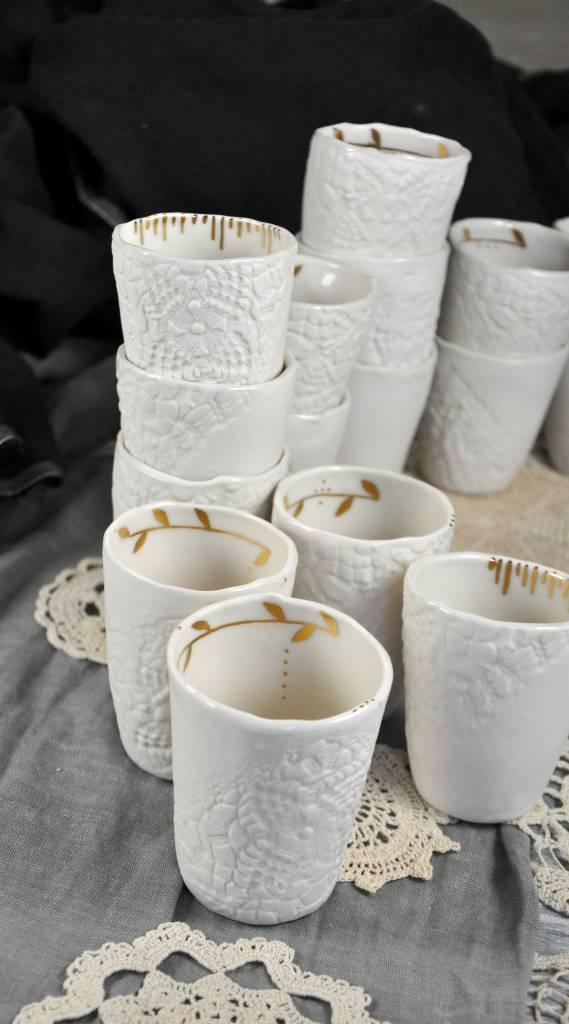 Myriam Ait Amar Ceramics Taza de Cerámica Grabada -Blanca  y Dorada - Myriam Ait Amar