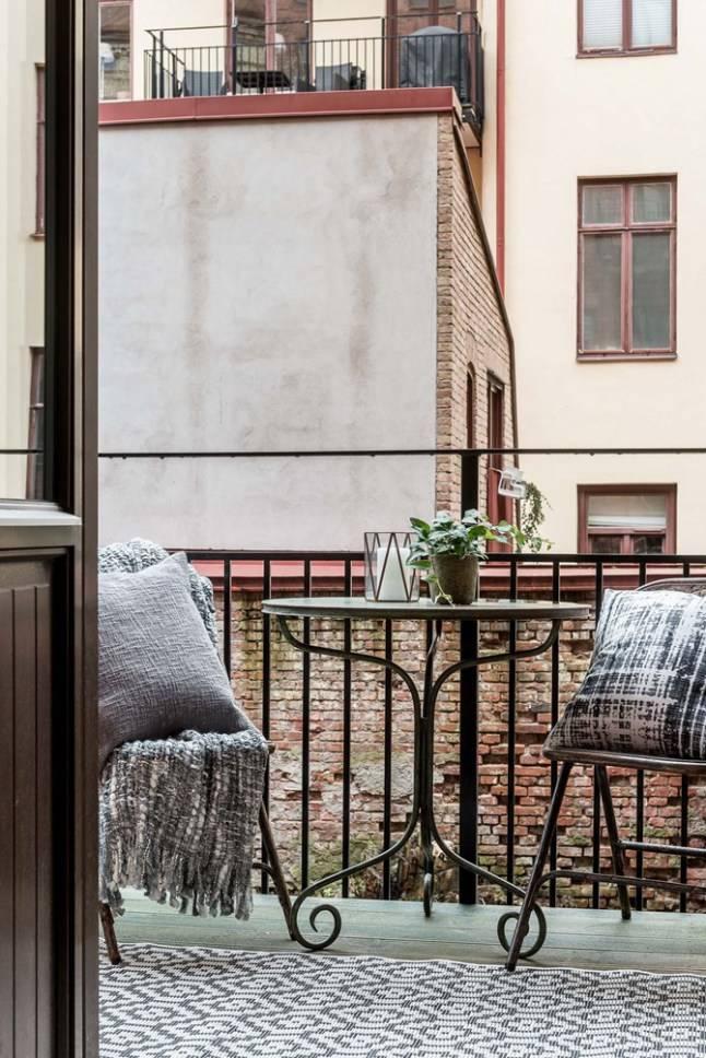 Un appartement de photographes suédois aux tons gris, boisés et aux plaids et coussins scandinaves- vu sur planetedeco.fr