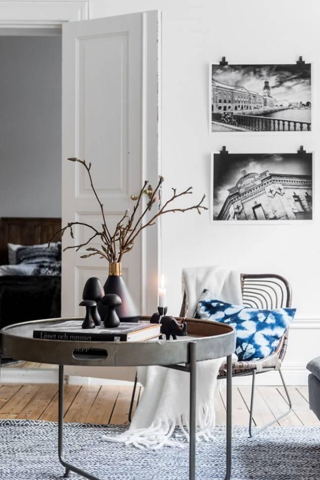 Un apartamento de fotógrafos suecos con una base a gris suave, madera y mantas y cojines escandinavos- visto en planetedeco.fr