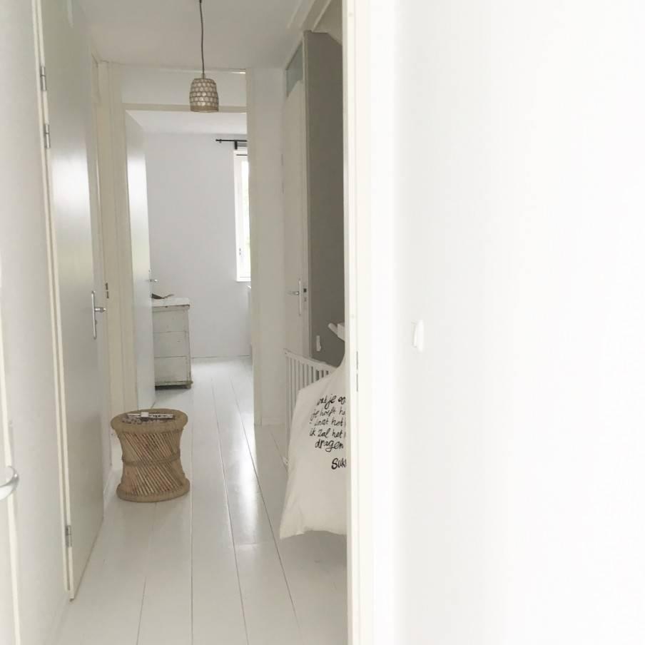 Una base serena y detalles naturales que llegan al alma en este apartamento Escandinavo-Étnica - visto en VT Wonen