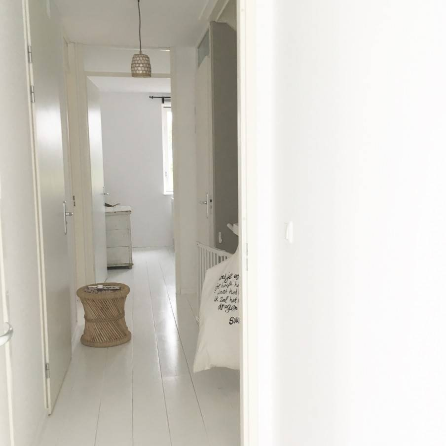 Une base sereine et des détails naturels donnent une âme à cet appartement Scandinave-Ethnique- vu sur VT Wonen.