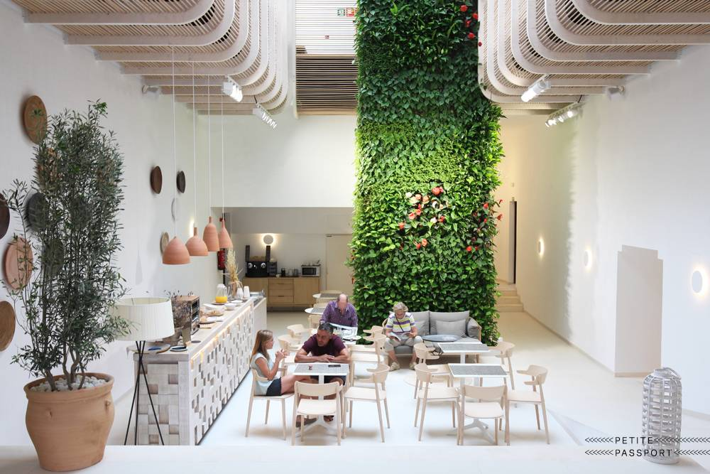 Gatzara Suites en Ibiza: un refugio blanco de felicidad y abundanciadiseñado por Estudio Vila 13 - visto en Petitepassport.com