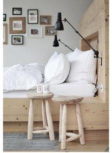 Chaises en bois de House Doctor dans ce DIY blanc, noir et naturel! vu su frenchyfancy.com