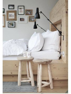 Wooden chairs by House Doctor in this Inspiring DIY bedroom setting in white, black and lots of natural! Seen at Wooden chairs by House Doctor in this Inspiring DIY bedroom setting in white, black and lots of natural! Vu sur frenchyfancy.com