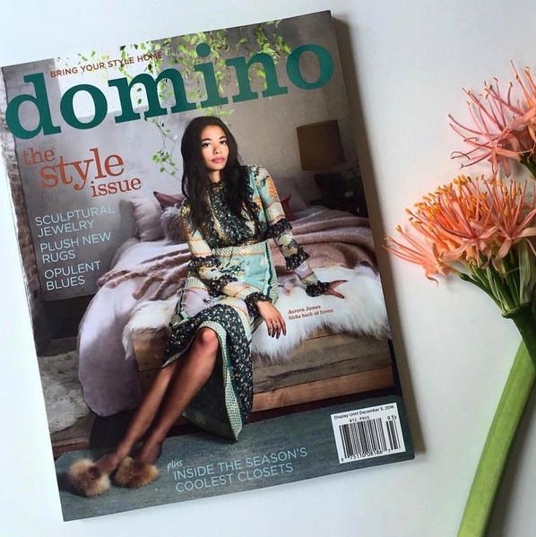 Un regard dans la chambre de la magnifique Aurora James sur la courverture de Domino magazine.