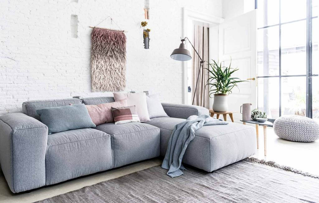 Estilo primavera de VT Wonen con una encantadora combinación de colores pastel y tonos de color gris y un toque de latón.